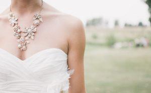 suknia ślubna dla niskiej, fot. pexels.com