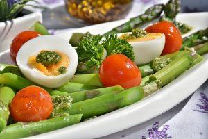 Jak schudnąć 5 kg? Nie bój się jeść! Pamiętaj, że dla zdrowia potrzebne są zarówno warzywa i owoce, jak i mięso, węglowodany czy zdrowe tłuszcze! (fot. pixabay)