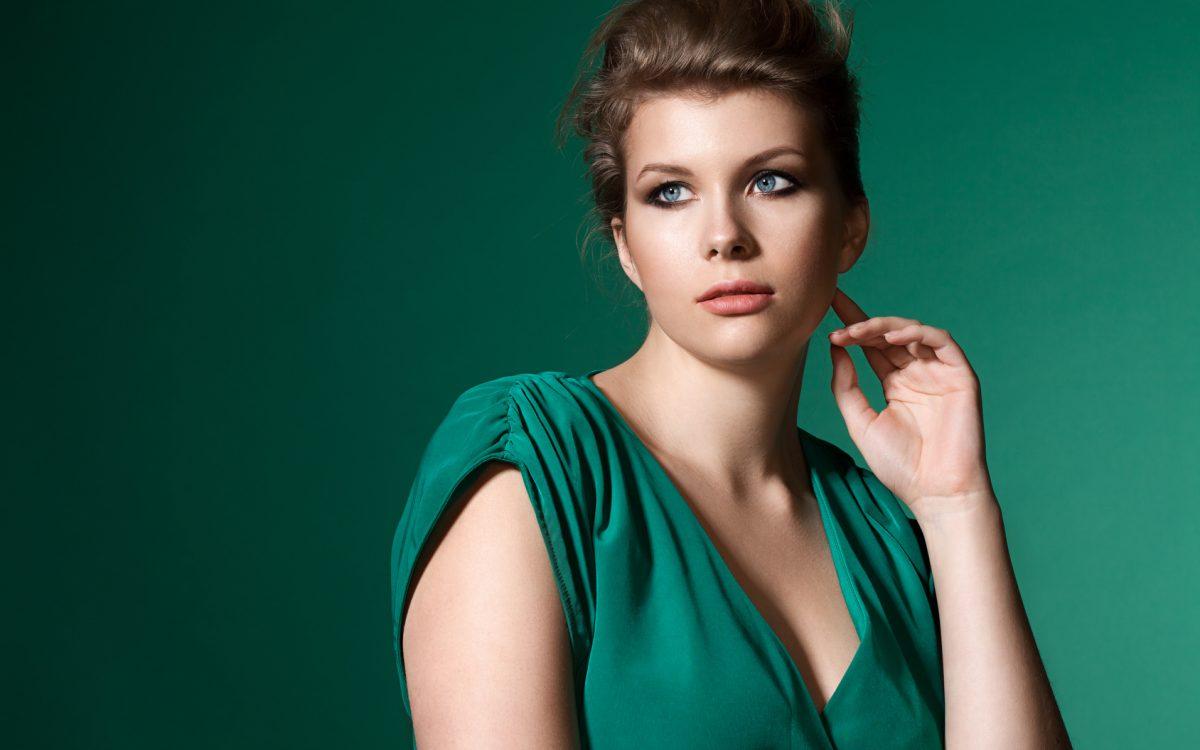 Fasony sukienek dla puszystych: jak dobrać do sylwetki?