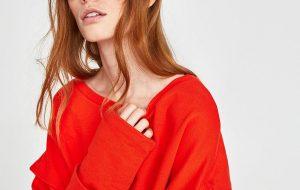 Czerwona bluzka - jak ją nosić i do czego pasuje? (fot. zara)