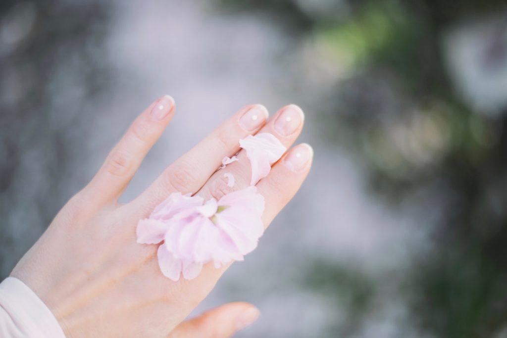 Najlepsza odżywka do paznokci: top 5 kosmetyków z drogerii (unsplash)