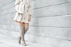 Kozaki zamszowe - sprawdź, jak nosić i komu pasują (fot. unsplash)