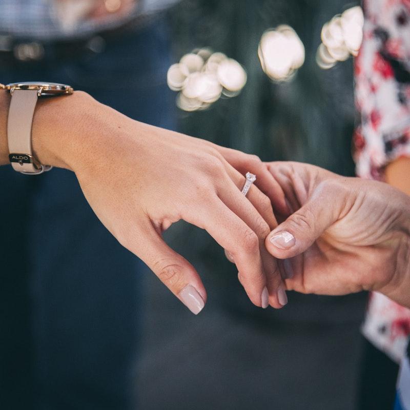 Na którym palcu nosi się pierścionek zaręczynowy? (fot. pexels)