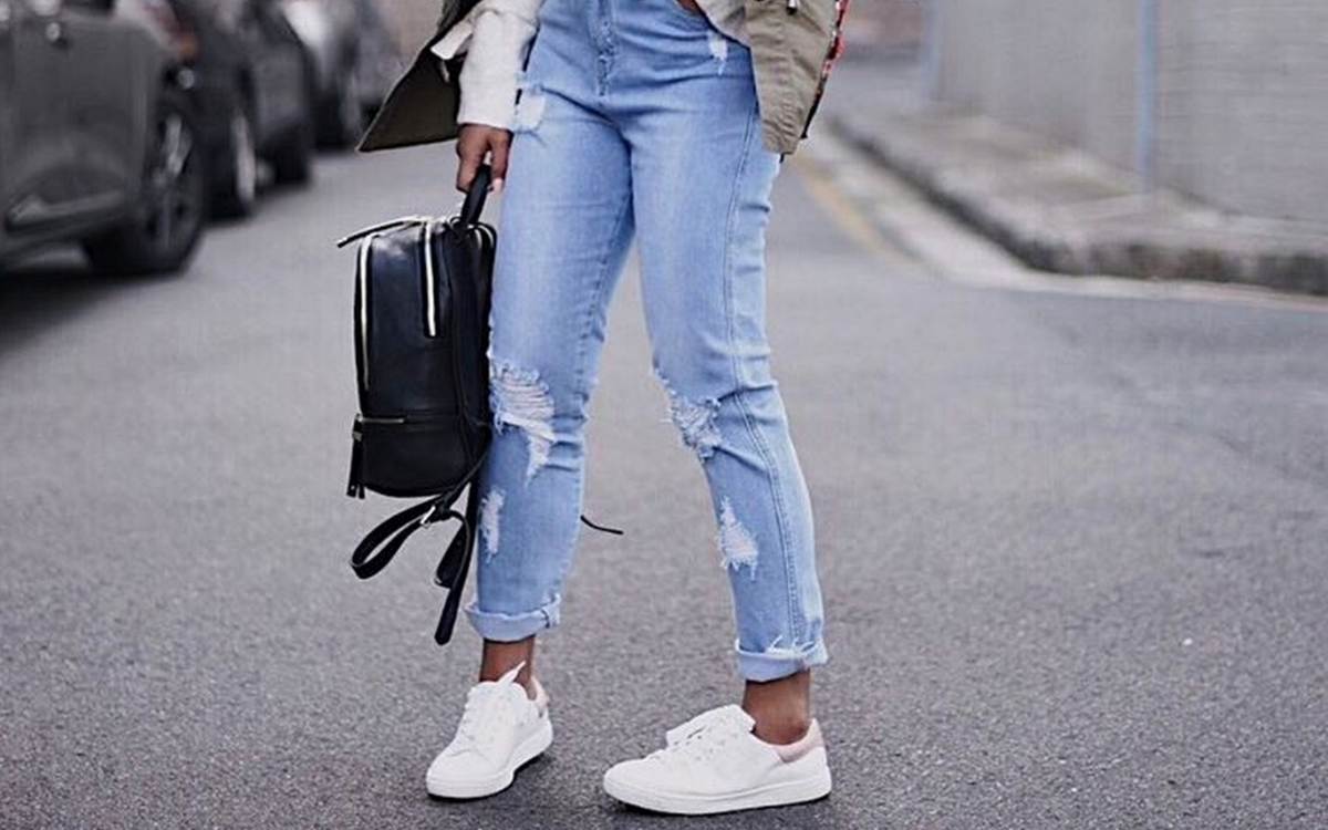 Sneakersy stylizacje: białe czy czarne?