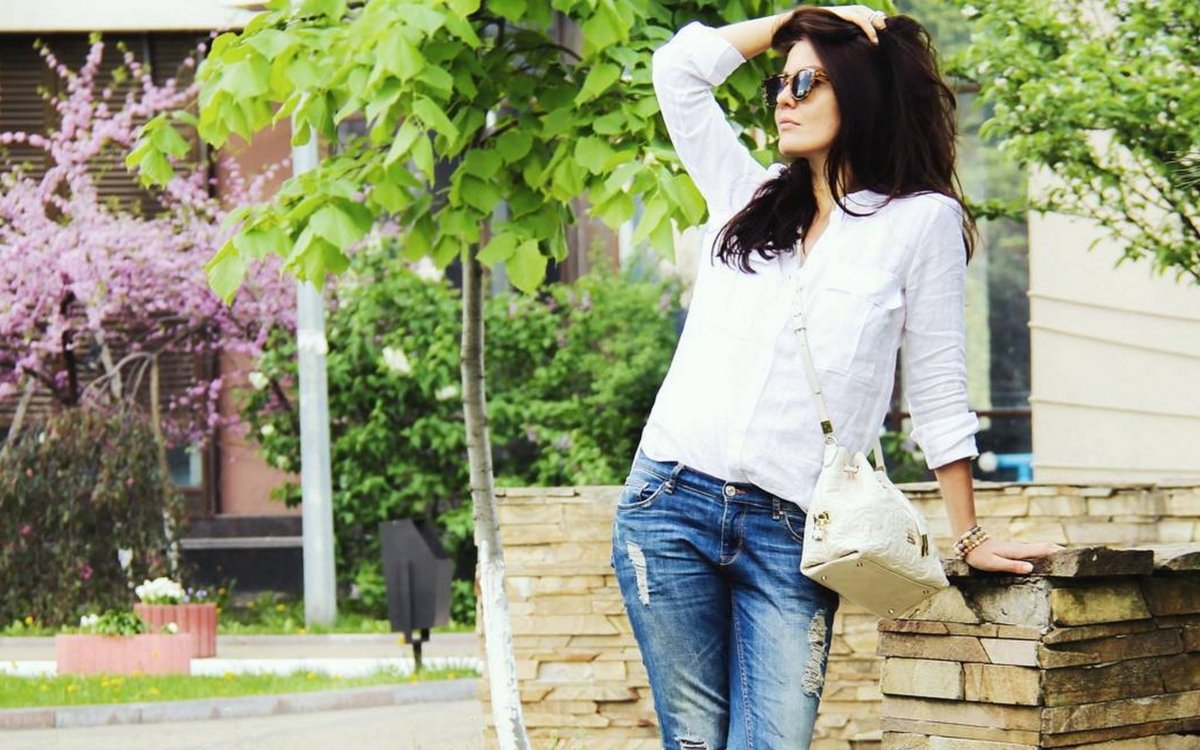 biała koszula i jeansy