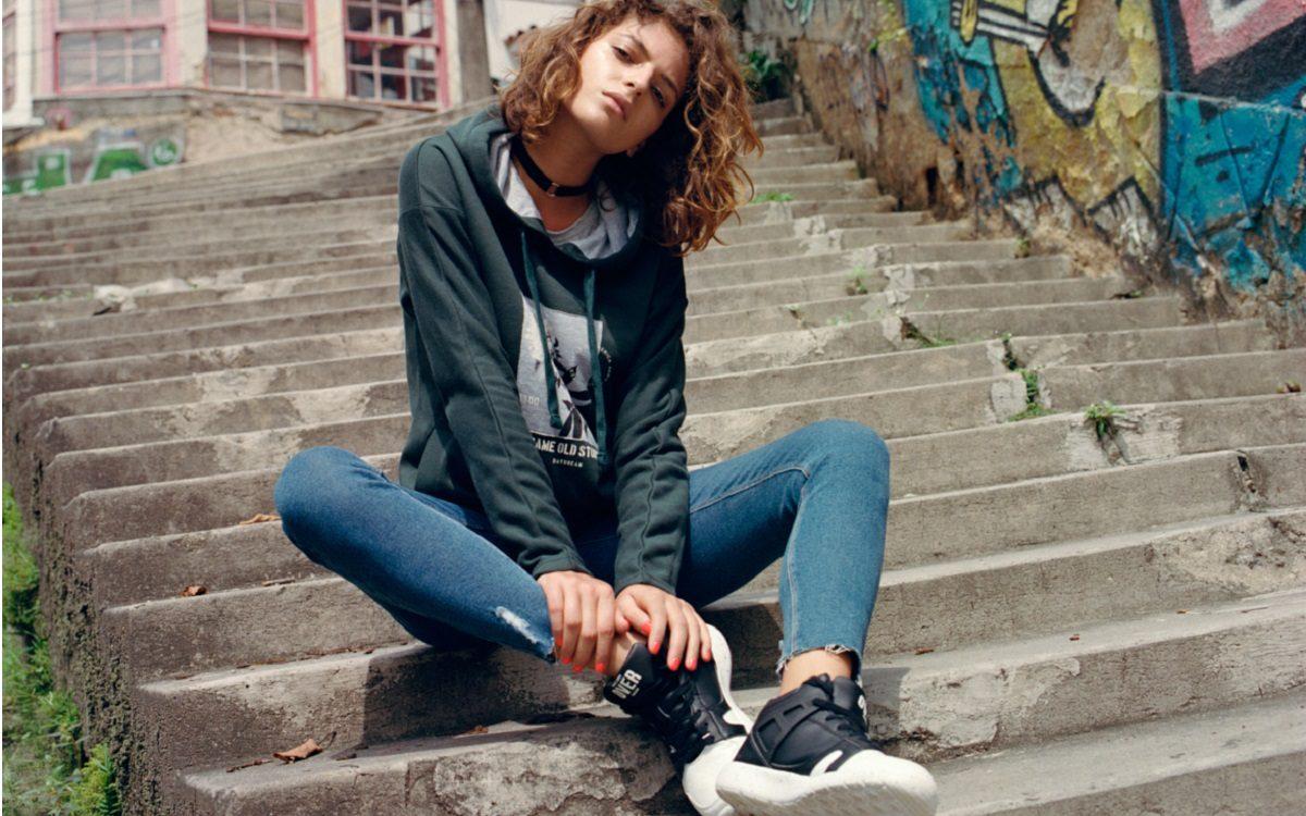 Buty sportowe na koturnie – modny element stylizacji