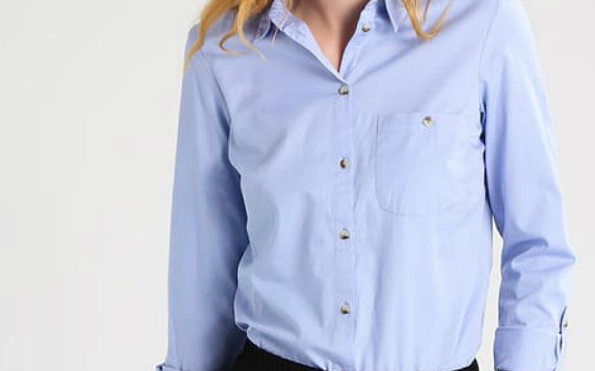 fot. niebieska koszula, pomysły na stylizacje