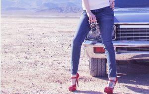 Jeansy i szpilki - czyli sposób, by podkreślić kobiecość (fot. pexels.com)