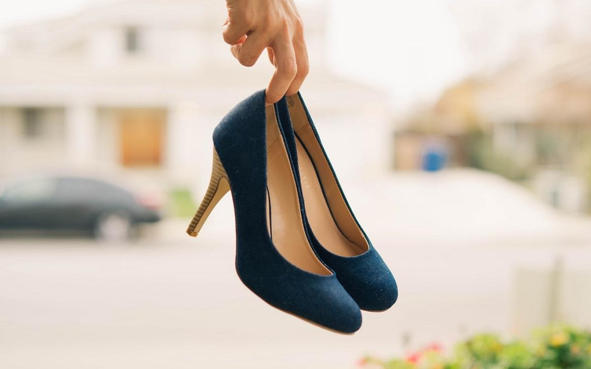 Tanie buty - 5 najfajniejszych modeli z wyprzedaży (fot. unsplash)